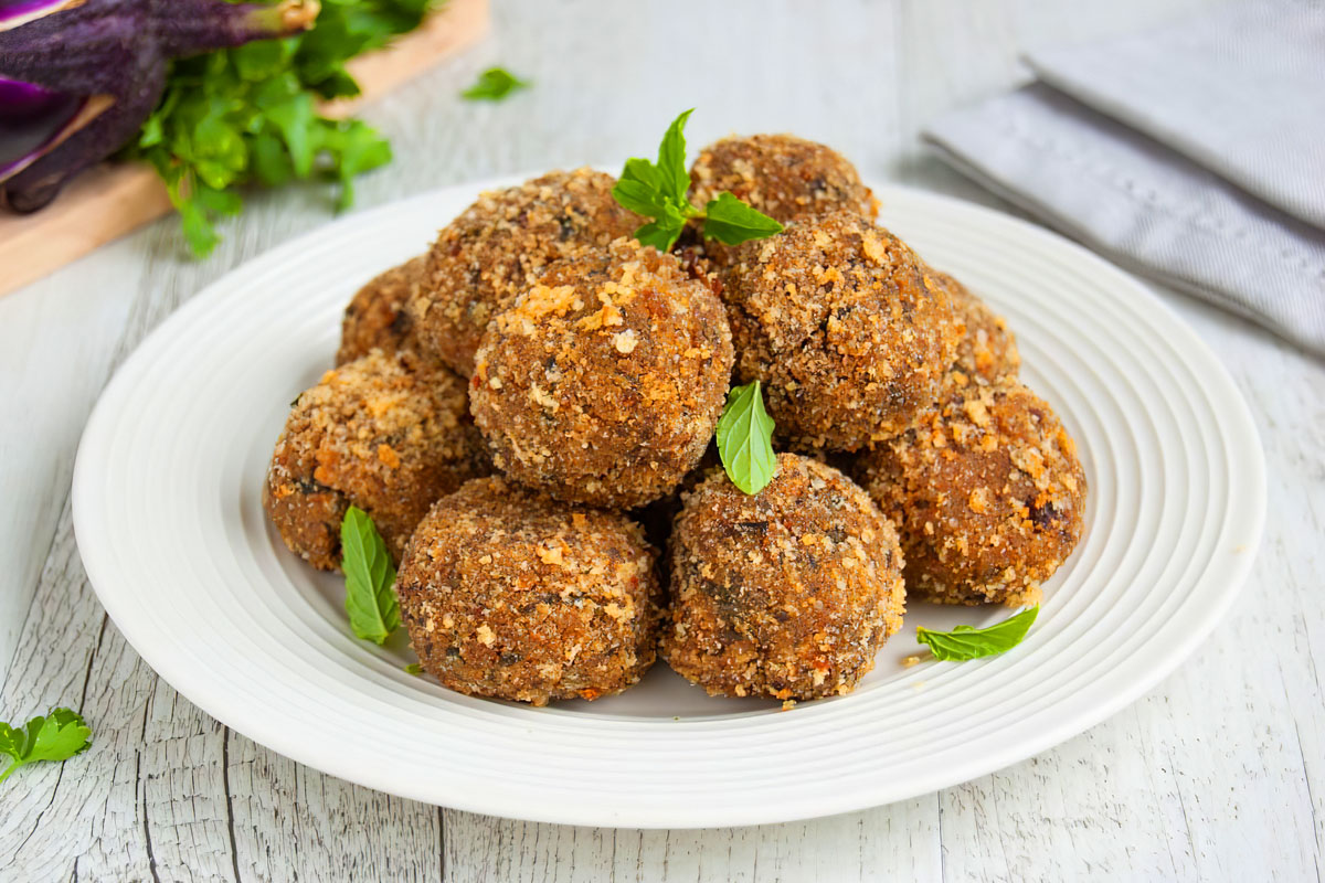 Baked eggplant meatballs: the Calabrian recipe
