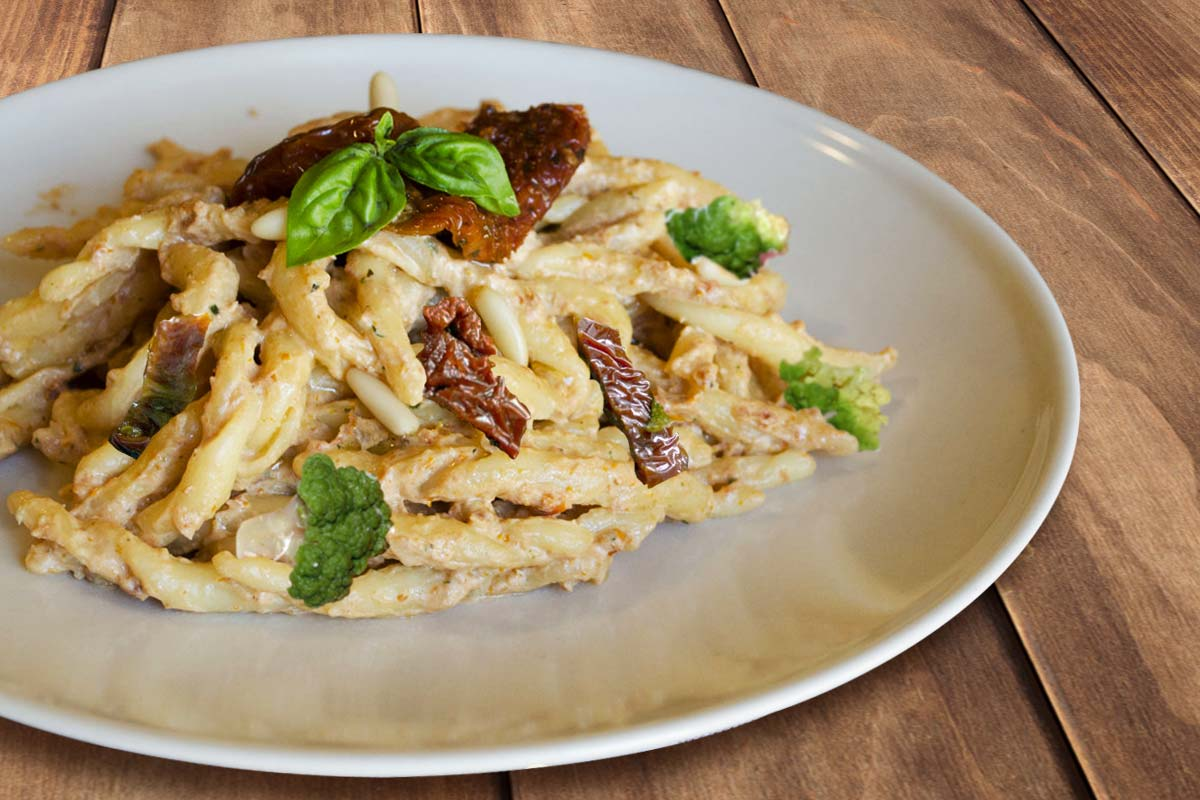 Calabrian recipes: pasta with dried tomatoes and cauliflower
