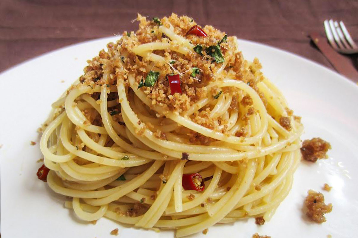 How to make spaghetti with anchovies and bread crumbs