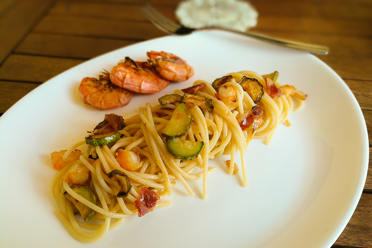 How to cook spaghetti with shrimps and zucchini